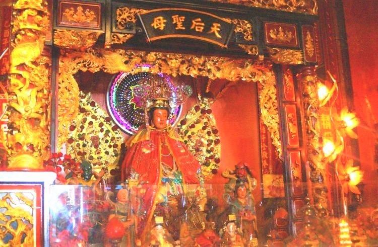 Bà Thiên Hậu Thánh Mẫu được thờ trong chính điện Hội quán Tuệ Thành (Chùa Bà, quận 5 - Chợ Lớn)