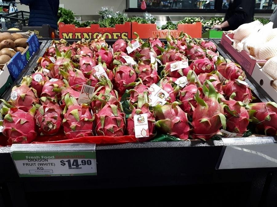 Thanh long Việt Nam phủ sắc đỏ, chiếm một góc lớn so với các quả khác tại các siêu thị ở Úc