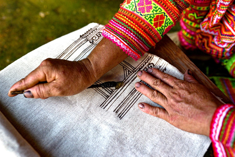 Những đôi bàn tay tài hoa của người phụ nữ Mông