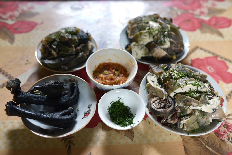 Thịt gà đen món ẩm thực tiêu biểu của người Mông thôn Khuổi Trang và Khuổi Củng