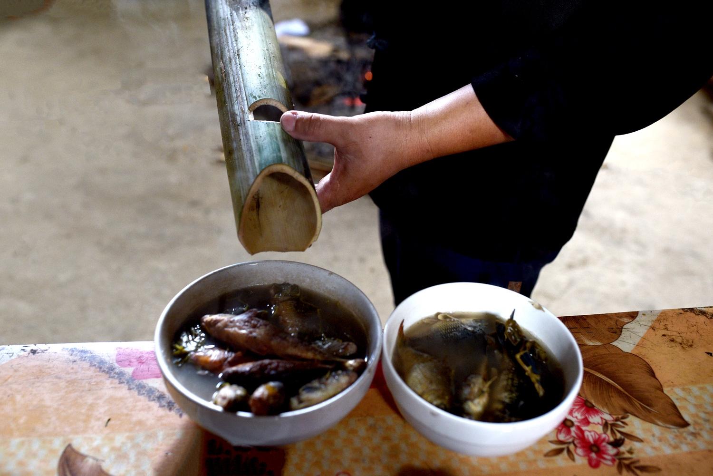 Cá chép ruộng còn được người Mông nấu bằng ống lam với lá thấm lầm