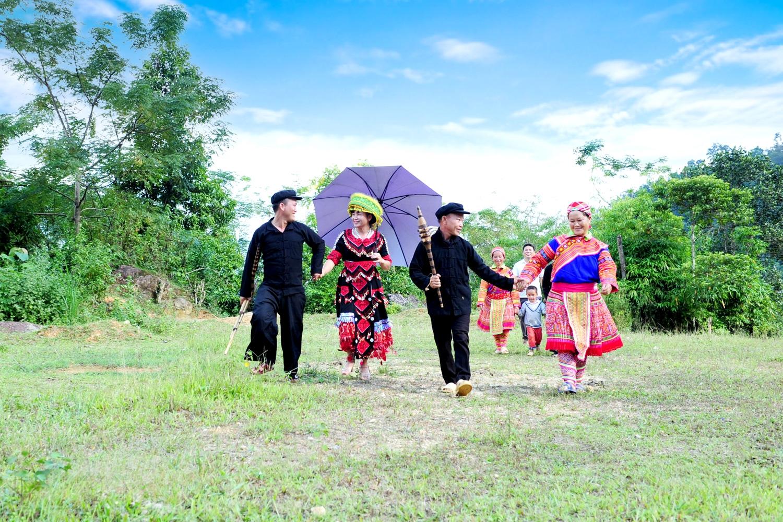 Du lịch về bản Mông ai cũng vui, ai muốn quảng bá bản sắc văn hóa tới du khách