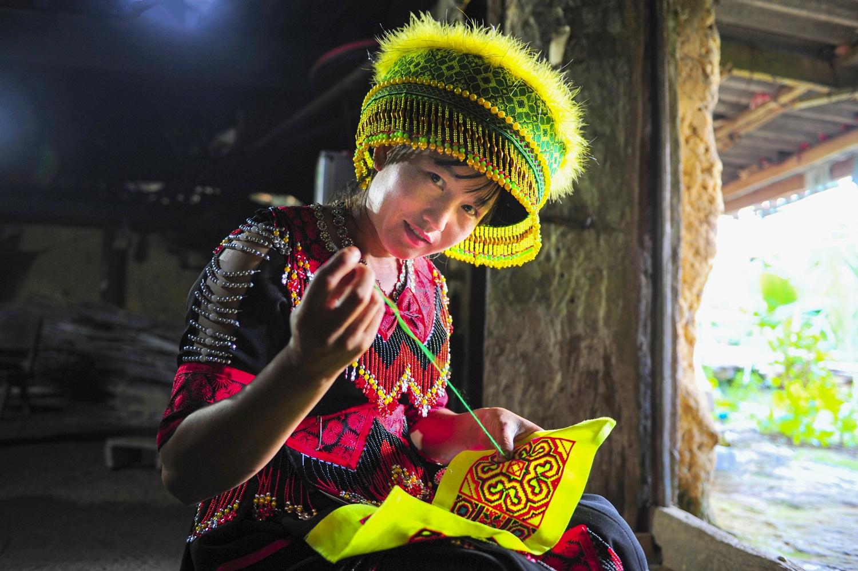 Thêu trang phục là một công đoạn khá cầu kỳ đòi hỏi sự kiên trì khéo tay của người phụ nữ Mông