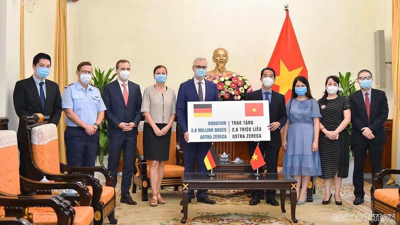 Bộ Ngoại giao tiếp nhận 2,6 triệu liều vaccine AstraZeneca phòng Covid-19 từ Chính phủ Đức. (Ảnh: Tuấn Anh)