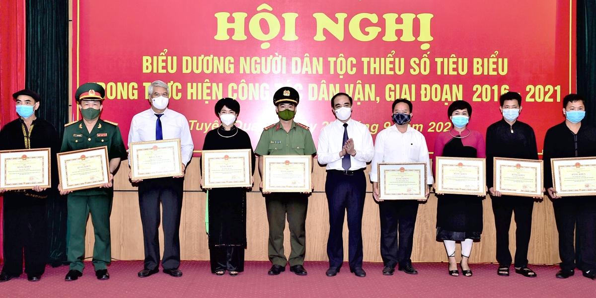 Đồng chí Bí thư Tỉnh ủy Chẩu Văn Lâm trao Bằng khen cho các cá nhân. Ảnh: Thành Công