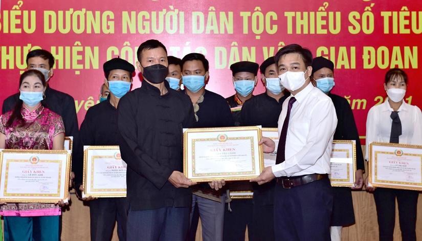 Trưởng Ban Dân vận Tỉnh ủy, Chủ tịch Ủy ban MTTQ tỉnh Nguyễn Hưng Vượng trao Giấy khen cho các cá nhân. Ảnh: Thành Công