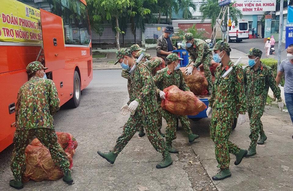 Lực lượng bộ đội tham gia vận chuyển rau sạch