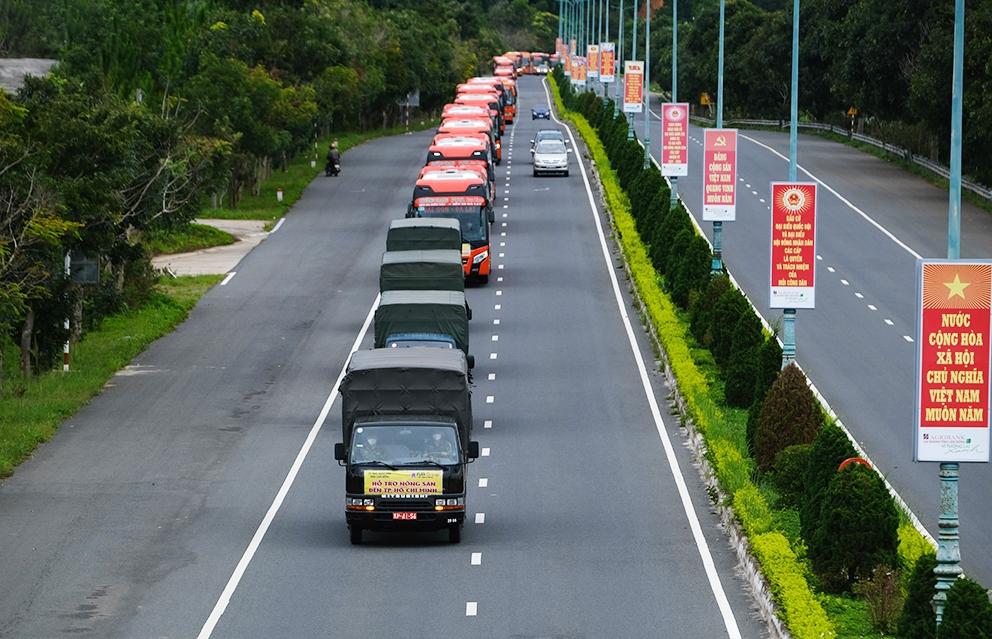Từng đoàn xe vận chuyển rau sạch từ Đà Lạt tặng cho TP. Hồ Chí Minh