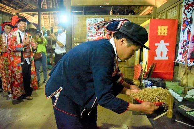 Trong nhiều nghi lễ của người Dao ở Hà Giang có nghi thức dâng lúa lên bàn thờ