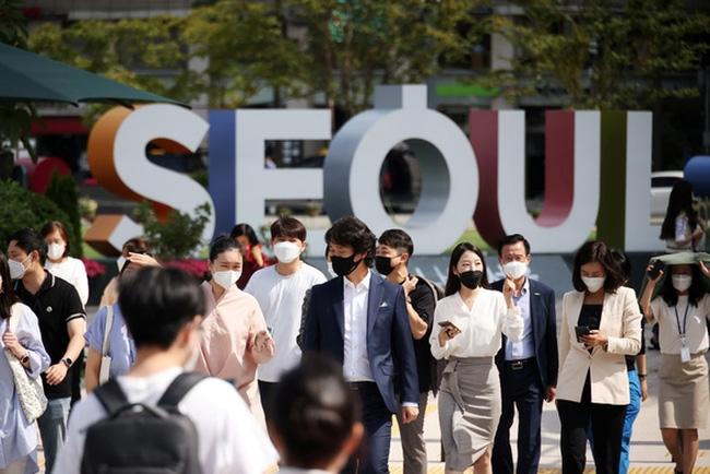 Người dân đeo khẩu trang đi lại trên đường phố thủ đô Seoul, Hàn Quốc ngày 24/9. Ảnh: Reuters