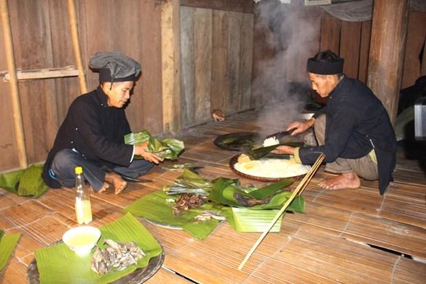 Thầy cúng hướng dẫn gia chủ chuẩn bị các lễ vật để làm Lễ cúng mừng lúa mới cho gia đình ông Vương Văn Phô, thôn Lùng Vi, xã Nà Khương, huyện Quang Bình. (Nguồn: baohagiang)