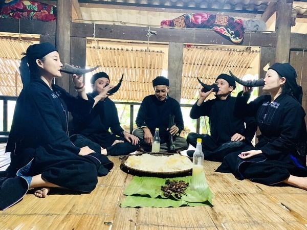 Sau khi cúng xong, các thành viên trong gia đình mời khách rượu hoẵng ngọt trong sừng trâu. (Nguồn: baohagiang)