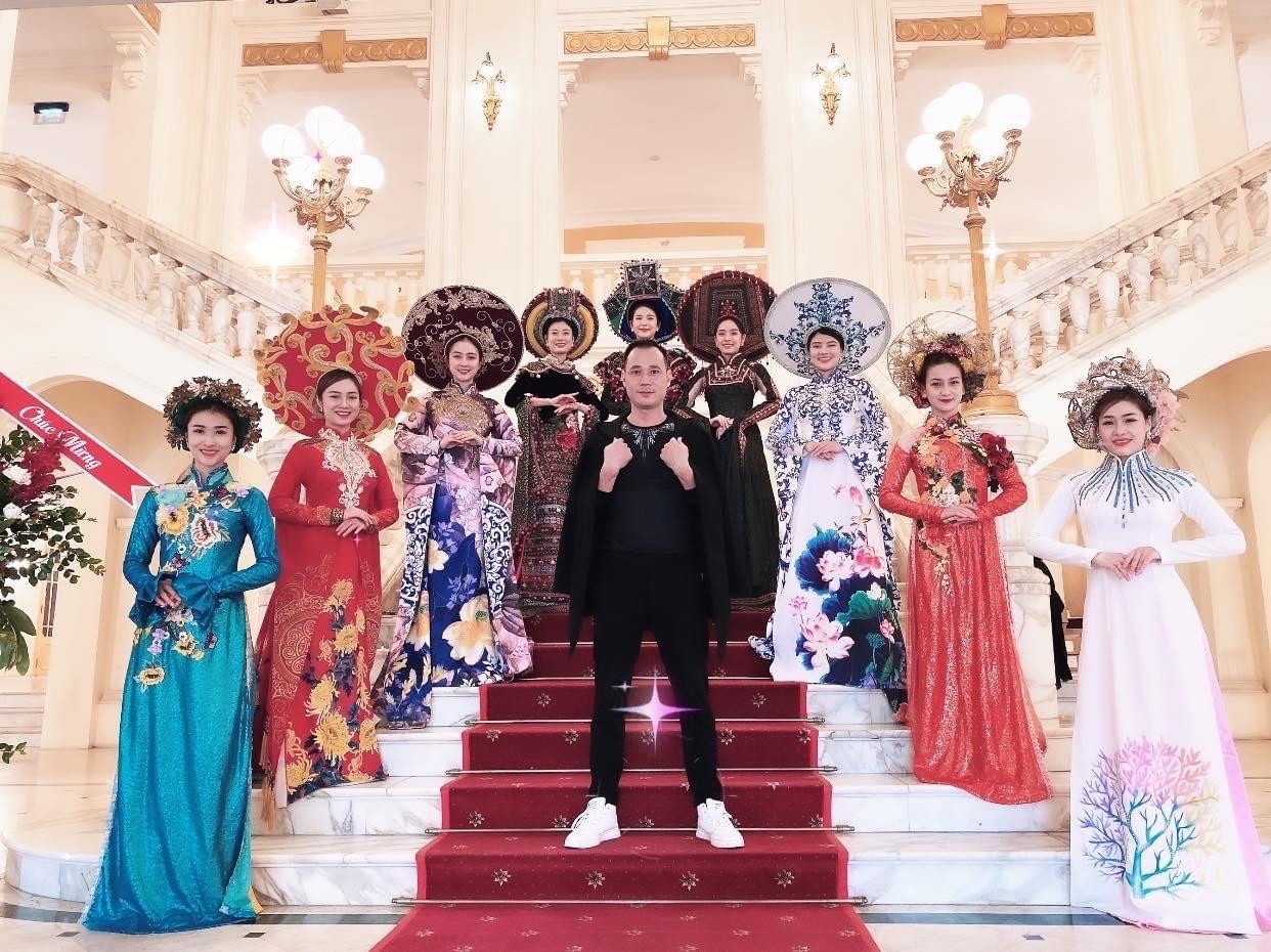 Nghệ sĩ Cao Duy Tùng với các diễn viên múa