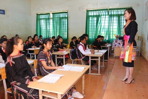 Giai đoạn 2015-2020, mục tiêu phổ cập giáo dục tiểu học và xoá mù chữ đối với đồng bào DTTS đã vượt chỉ tiêu đề ra. Ảnh: INT