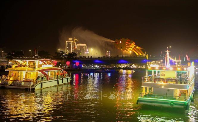 Du khách đến Đà Nẵng được tặng vé miễn phí thưởng ngoạn sông Hàn về đêm. Ảnh: TTXVN