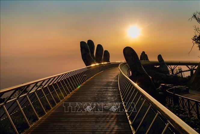 Điển tham quan Cầu Vàng - TP Đà Nẵng triển khai nhiều giải pháp để sớm khôi phục lại hoạt động du lịch. Ảnh: TTXVN