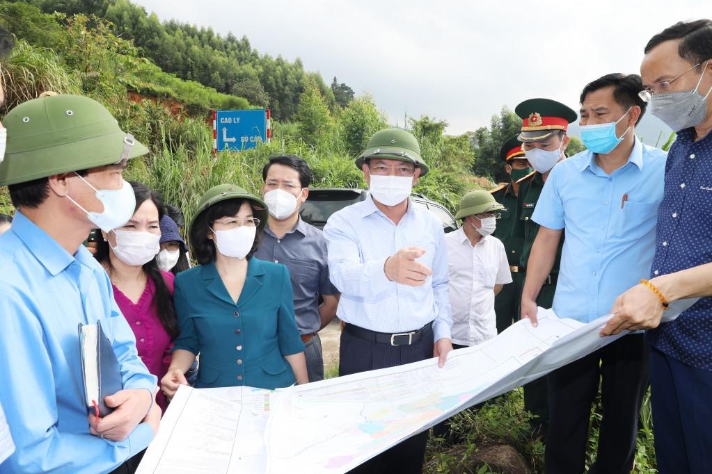 Ông Nguyễn Xuân Ký, Bí thư Tỉnh ủy Quảng Ninh (giữa) kiểm tra các điểm xây dựng du lịch cộng đồng trên địa bàn huyện Bình Liêu
