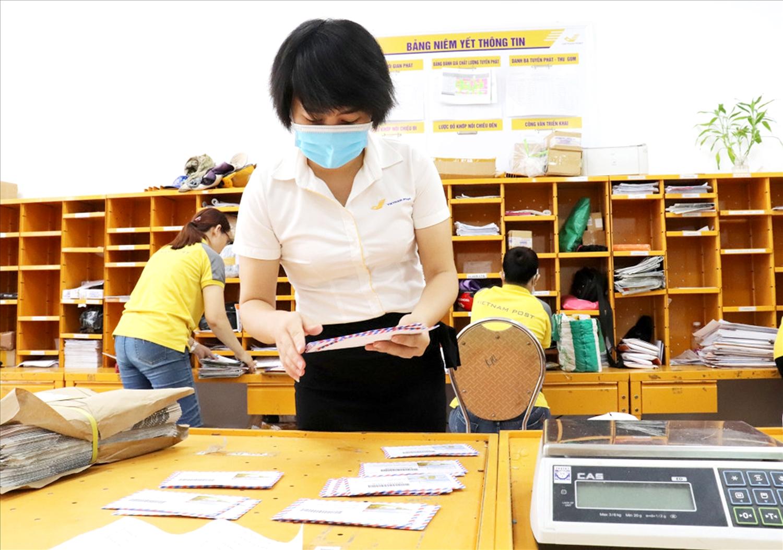 Nhân viên bưu điện phân loại CCCD gắn chíp trước khi chuyển trả cho người dân