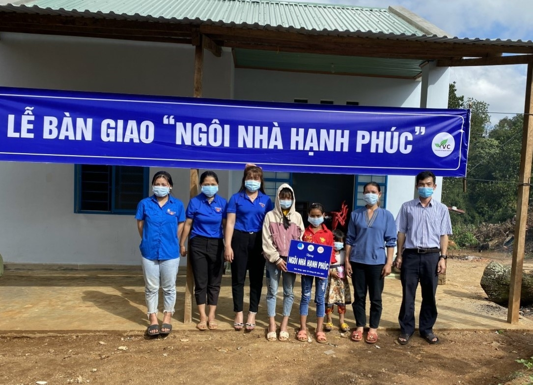 """Bàn giao """"Ngôi nhà hạnh phúc"""" cho 2 chị em Đinh Thị Ngà và Đinh Thị Nhi, dân tộc Ba Na, xã Đăk Rong, huyện Kbang, Gia Lai"""