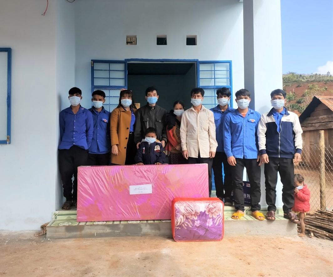 """Bàn giao """"Ngôi nhà hạnh phúc"""" cho em Đinh Văn Húi, dân tộc Ba Na ở làng Hà Đừng, xã Đăk Rong, huyện Kbang, Gia Lai"""