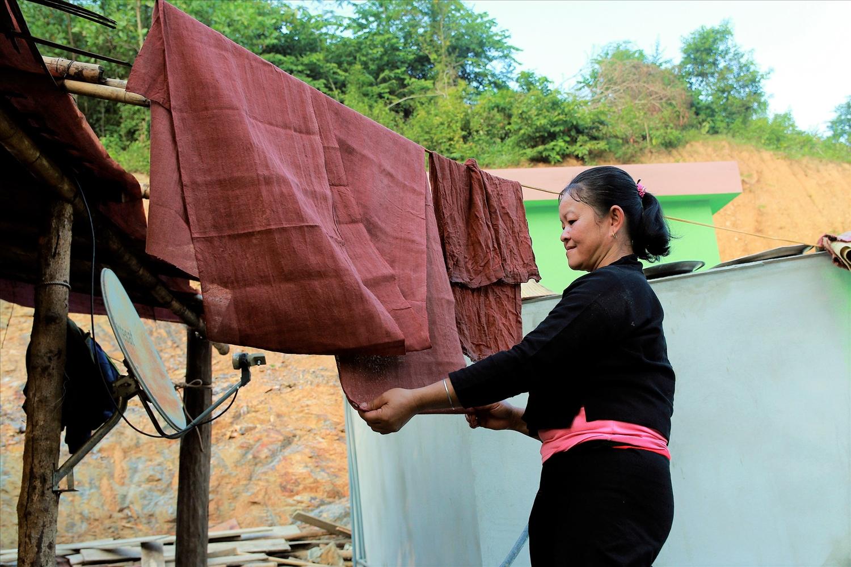 Dù các công đoạn nhuộm vải không quá khó, nhưng theo sự phát triển của xã hội, các mặt hàng công nghiệp được bày bán nhiều nên ít người Ơ Đu hiện nay học