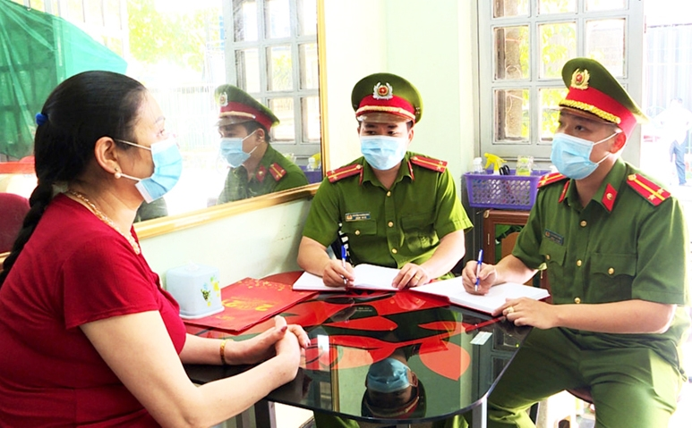 Công an phường Hồng Gai (TP. Hạ Long) trao đổi với người dân về lý do chậm trả CCCD