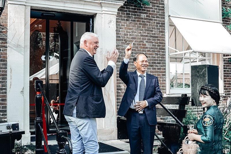 Đại sứ Việt Nam tại Hà Lan Phạm Việt Anh (bên phải) và ông ông Geert Steinmeijer tại Triển lãm.