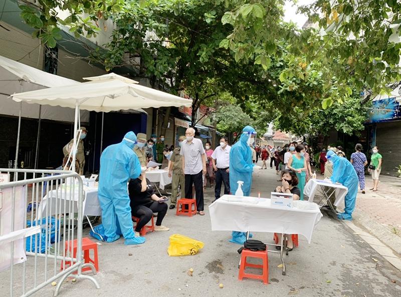 Nhân viên y tế lấy mẫu xét nghiệm Covid-19 cho người dân trên địa bàn quận Đống Đa.
