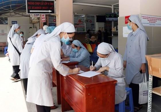 Các nữ tu Công giáo tham gia hỗ trợ lực lượng tuyến đầu chống dịch đăng ký tiêm vaccine phòng Covid-19 tại Bệnh viện Quận 11. Ảnh: MTTQ