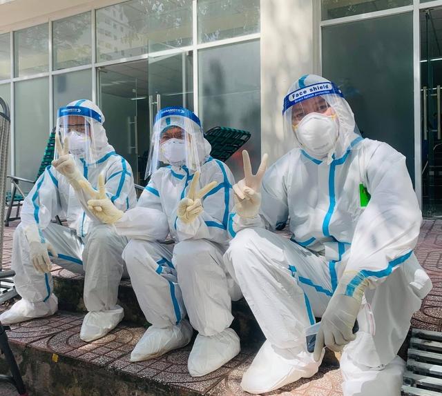 Sư cô Nhuận Bình (ở giữa) cùng y bác sĩ chuẩn bị vào phòng cấp cứu.