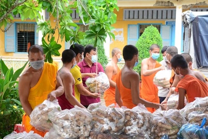Các tăng ni, phật tử thuộc Giáo hội Phật giáo Việt Nam tỉnh Sóc Trăng đóng gói nông sản, nhu yếu phẩm hỗ trợ cho TP. Hồ Chí Minh. Ảnh: MTTQVN
