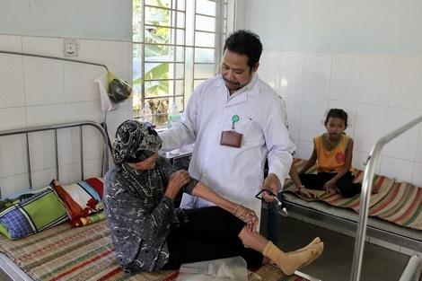 Bác sĩ Hà Thúy khám bệnh cho bệnh nhân tại Phòng khám Đa khoa khu vực Khánh Lê