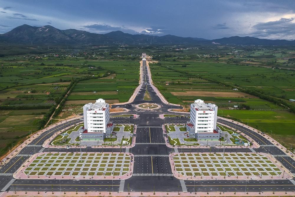 Dãy núi Chư Hreng nhìn từ hai tòa nhà hành chính tỉnh Kon Tum