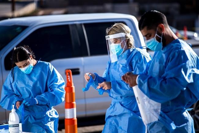 Nhân viên y tế mặc đồ bảo hộ cá nhân trước khi vào điểm xét nghiệm COVID-19 tại hạt El Paso, bang Texas. Ảnh: Getty Images