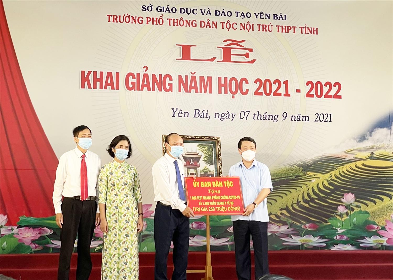 Bộ trưởng, Chủ nhiệm UBDT Hầu A Lềnh tặng quà Trường Phổ thông Dân tộc nội trú THPT tỉnh Yên Bái. Ảnh: Quốc Thắng