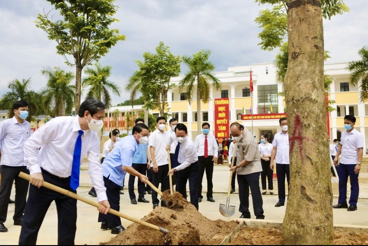 Chủ tịch nước Nguyễn Xuân Phúc, Bộ trưởng, Chủ nhiệm Ủy ban Dân tộc Hầu A Lềnh và các đại biểu trồng cây lưu niệm trong khuôn viên nhà trường