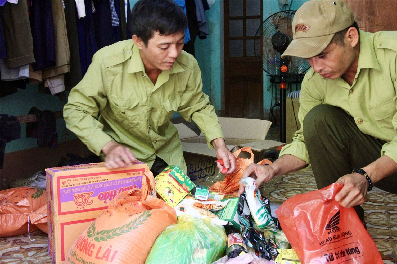 Nguyễn Văn Huy (bên trái) đang cùng đồng đội chuẩn bị hành trang cho một chuyến đi rừng