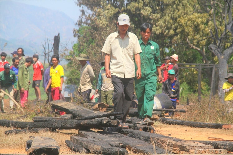 Người làng thu gom những thanh gỗ còn sót lại sau vụ hỏa hoạn
