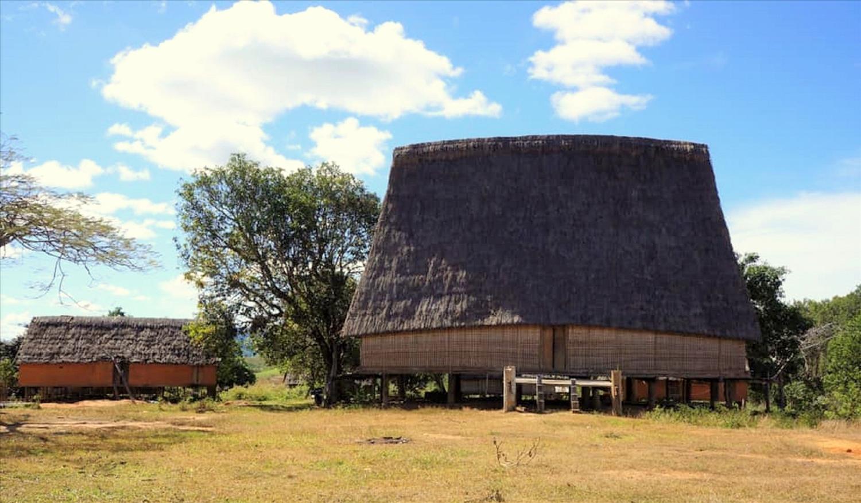 Nhà rông cũ của làng khi chưa bị cháy mang đậm vẻ trầm mặc, uy nghiêm