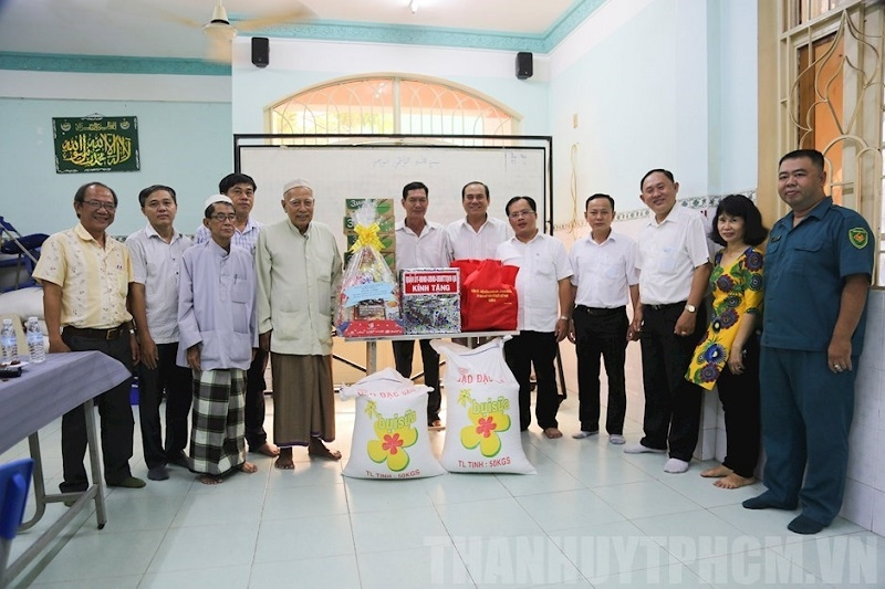 Lãnh đạo Quận 8, TP. Hồ Chí Minh thăm Thánh đường Anwar nhân tháng Ramadan.