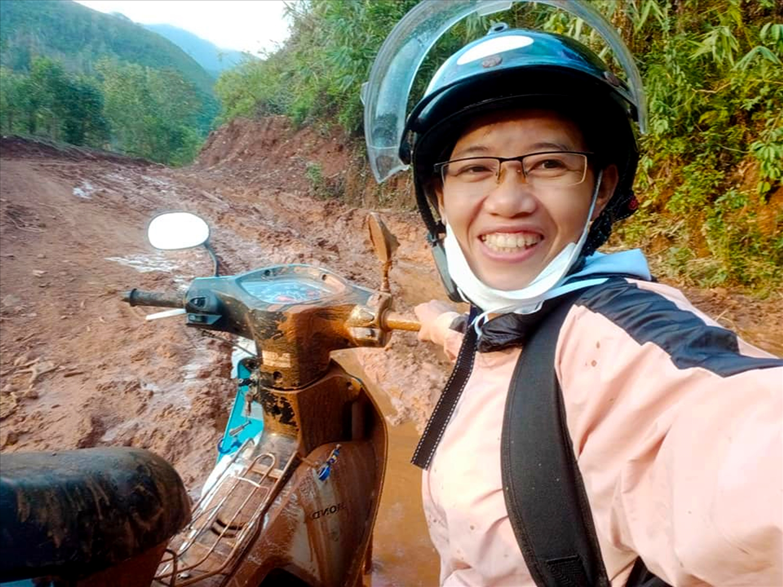 Cô giáo Trang và chiếc xe đầy bùn đất lên Làng Tốt, xã Ba Lê, huyện Ba Tơ, tỉnh Quảng Ngãi để đưa bài tập cho học sinh. Ảnh:NVCC