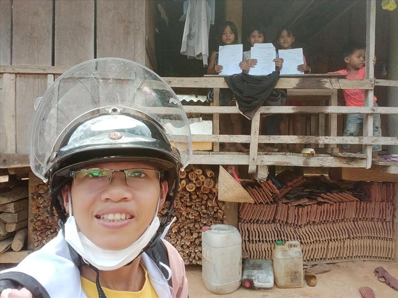 Cô giáo Trang mang bài tập đến tận nhà cho các em học sinh Làng Tốt, xã Ba Lế, huyện Ba Tơ, tỉnh Quảng Ngãi. Ảnh: NVCC