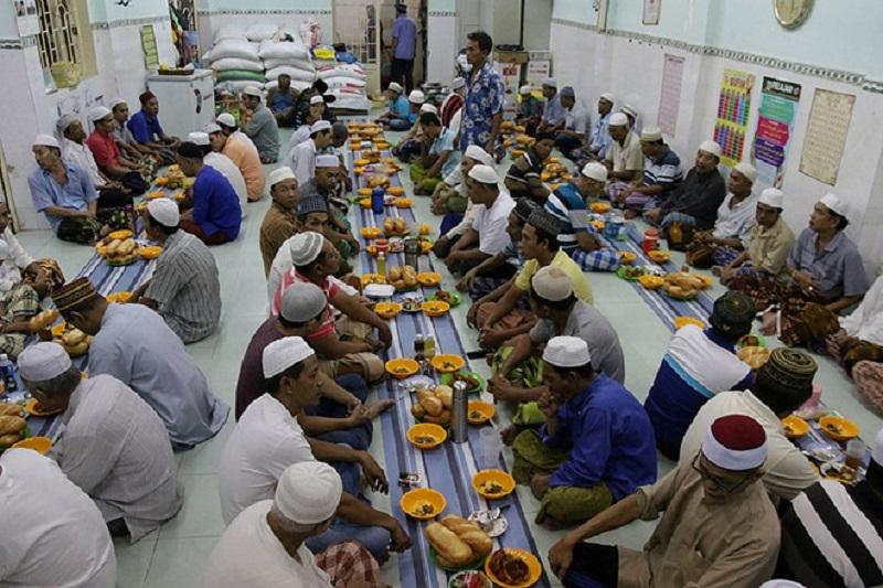 Một bữa ăn xả chay trong tháng Ramadan tại Thánh đường Anwar (TP. Hồ Chí Minh)