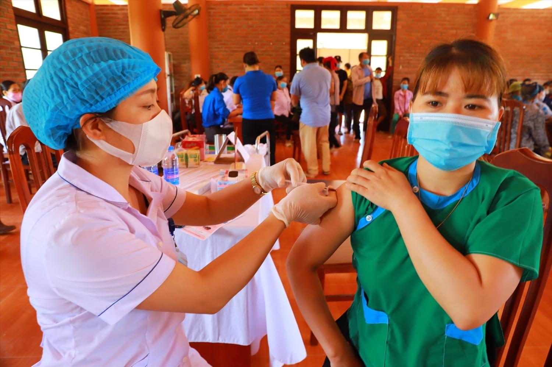Việc sớm hoàn thiện 2 mũi tiêm vắc xinlà điều kiện cần thiết để mở cửa lại du lịch