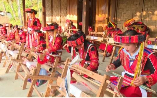 Lớp dạy nghề dệt thổ cẩm và lớp đan lát dân tộc Pà Thẻn ở thôn Thượng Minh, xã Hồng Quang, huyện Lâm Bình