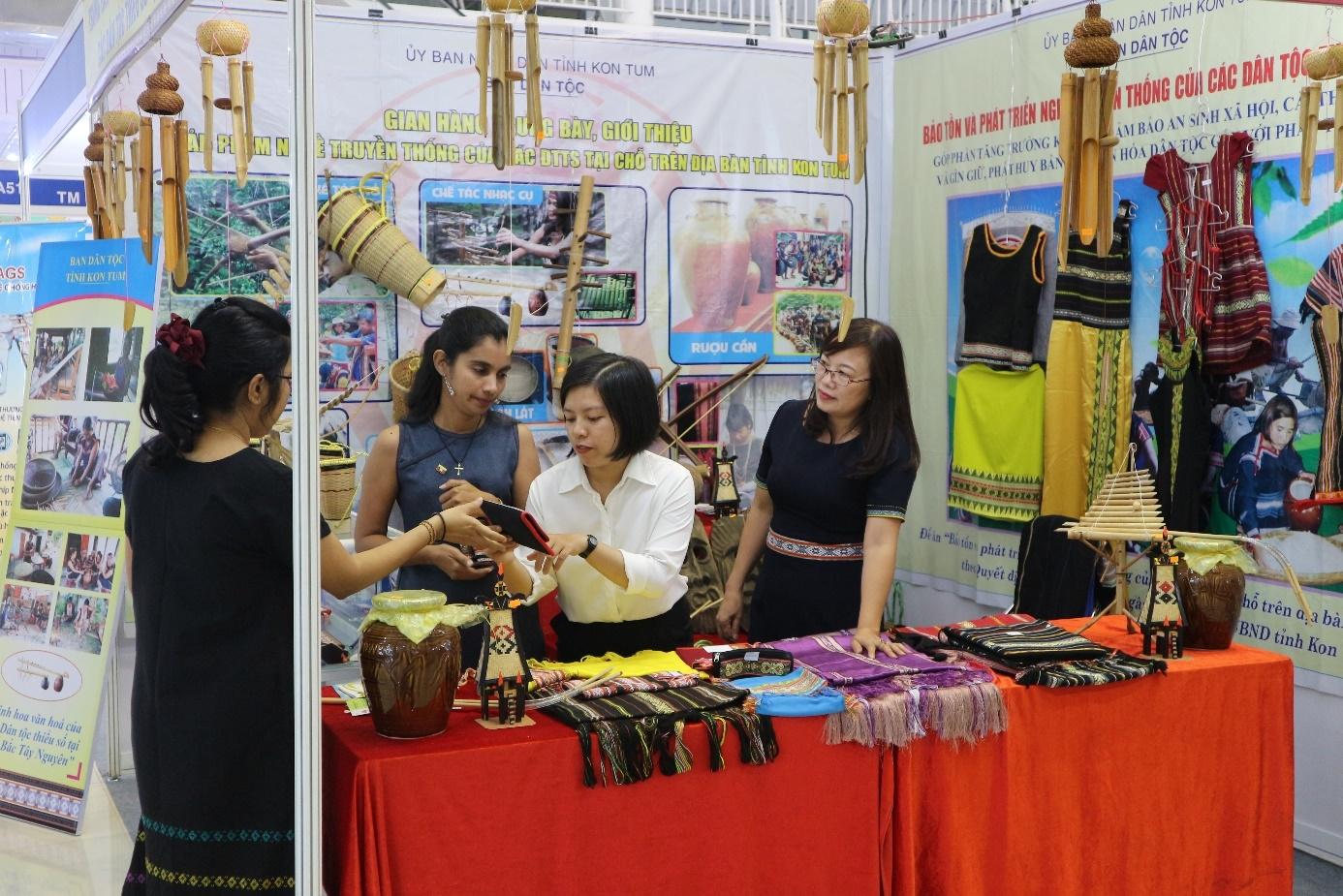 Ban Dân tộc tỉnh Kon Tum tổ chức trưng bày, giới thiệu sản phẩm nghề truyền thống của các dân tộc trên địa bàn tỉnh tại Hội chợ hành lang Quốc tế Đông Tây- Đà Nẵng.