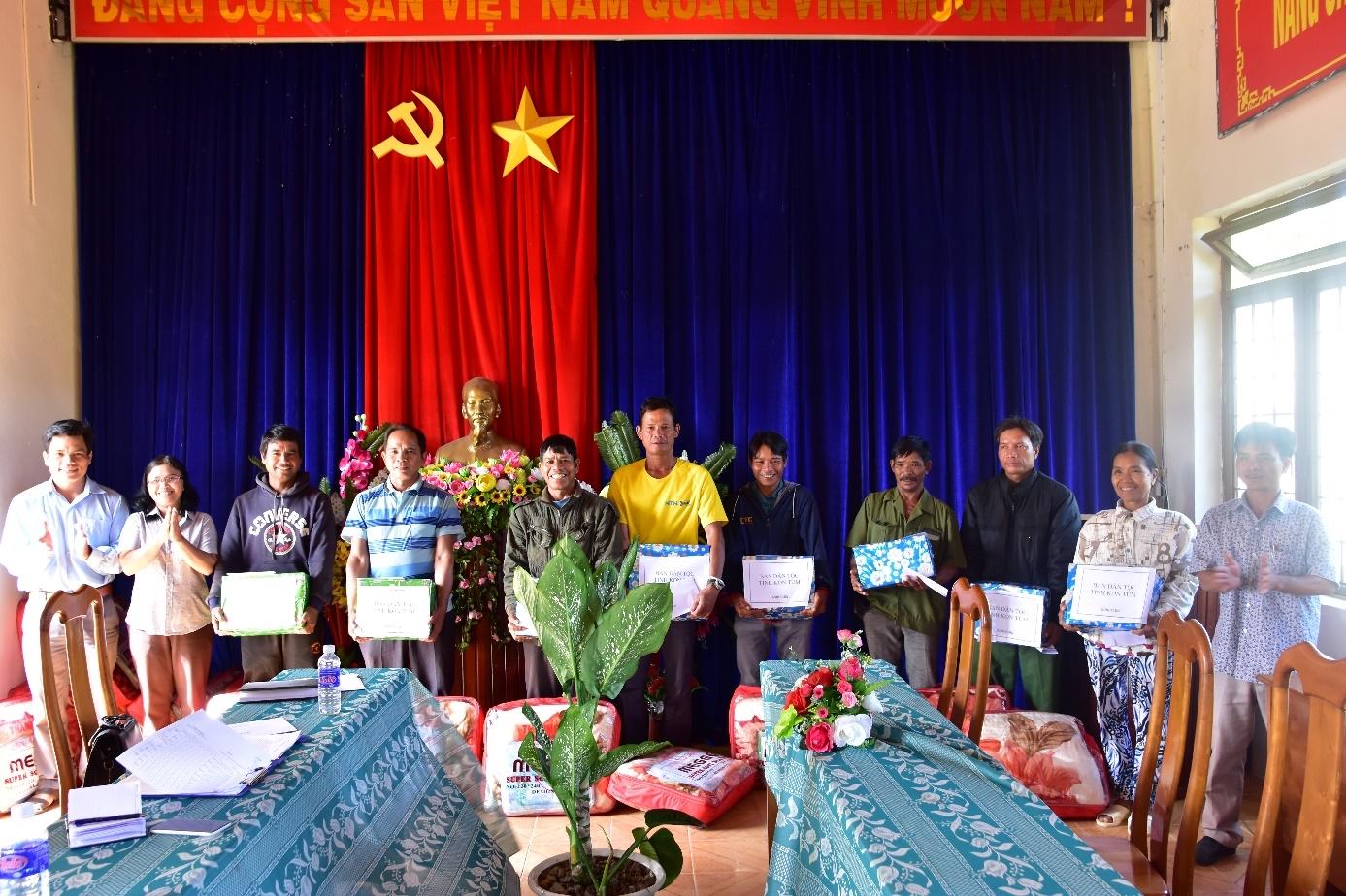 Ban Dân tộc tỉnh Kon Tum thăm hỏi, tặng quà cho Người có uy tín trong vùng đồng bào DTTS.