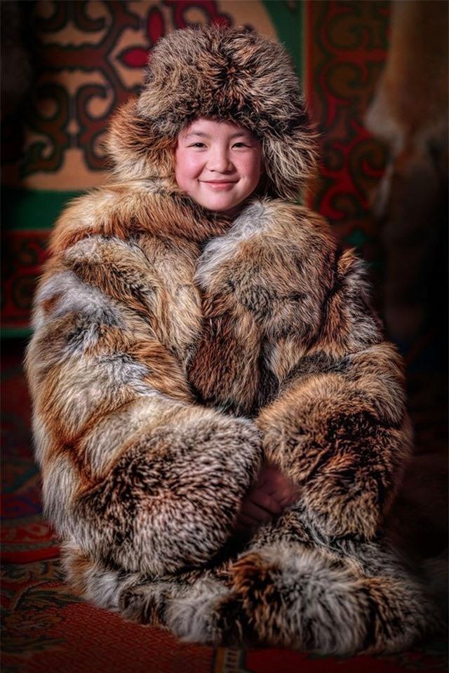 Cô gái Kazakhstan Mông Cổ trong chiếc áo khoác mùa đông truyền thống