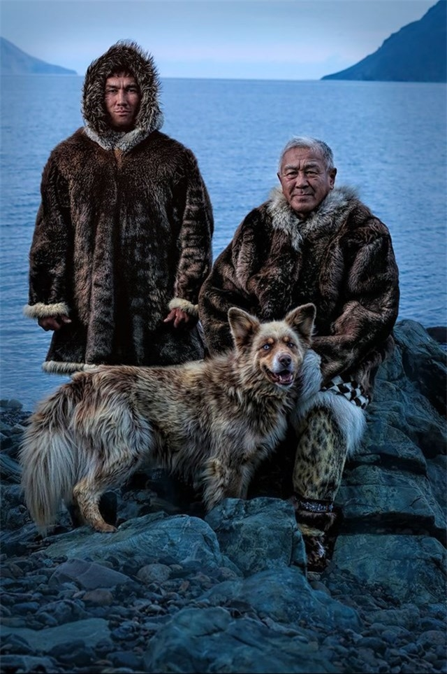 Siberia Yupik người bản xứ, cha và con trai, trên bờ Chukotka của Biển Bering, chỉ cần một vài dặm từ Đảo St. Lawrence ở Alaska