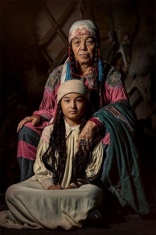 Maria và Aimka, người bản địa Khakas của Siberia